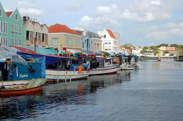 Schwimmender-markt-urlaub-curacao-ferienhaus-karibik