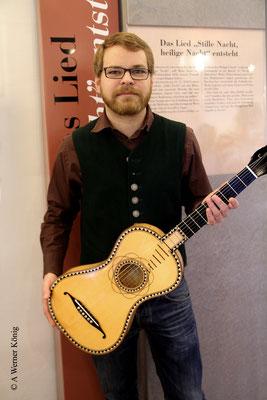 Michael Höfelmaier, Gitarrenbauer aus Berndorf, hat die Gitarre von Joseph Mohr nachgebaut.