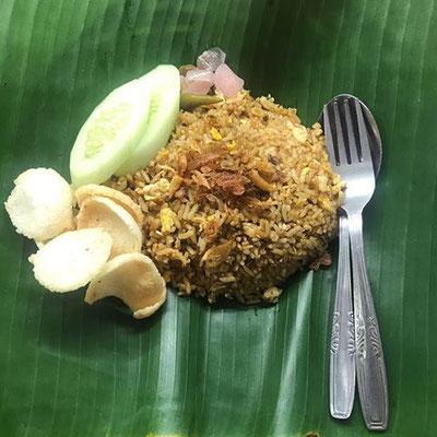 Nasi goreng, gebratener Reis. Ähnliche Zubereitung wie mie goreng, sehr einfach zu kochen! Hervorragend in der Kombi mit Corn Fritters  oder Tempeh manis.