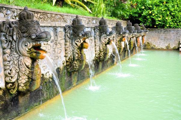 Am Ende der Tour relaxt Ihr im 37 Grad heißen Wasser der Heiligen Heißen Quellen, malerisch gelegen in einem tropischen Garten.