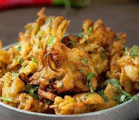 Oteh-Oteh (Bakwan) ist ein frittierter Snack aus Gemüse und Bohnensprossen in einem leckeren Teigmantel, wie sie normalerweise als Street Food verkauft werden.