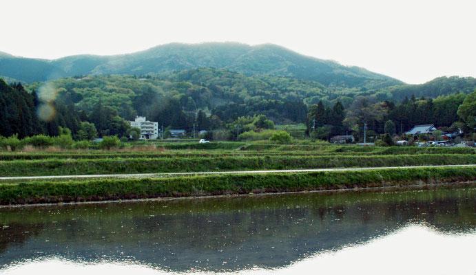 帰り道10  難台山 田植え前の田んぼに映るさかさ難台山。