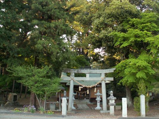 写真E 羽梨山神社1 写真E ゴルフ場のトンネルくぐって道なりに行くと 羽梨山神社のところに。
