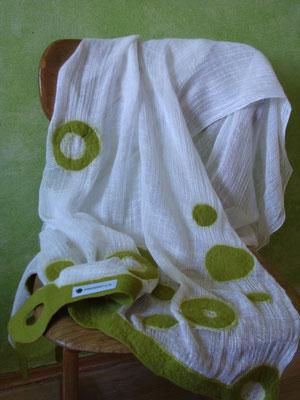 Schmeichelschal mit moosgrünen Kreisen - (verkauft)