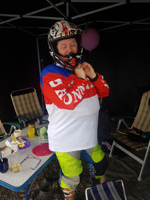 EHBO Linda op verzoek eerste motorcross les.