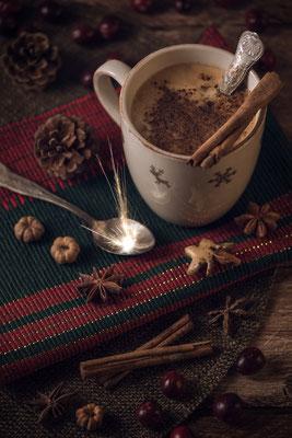 Heiße Schokolade auf weihnachtlich gedecktem Tisch von Tobias Gawrisch (Xplor Creativity)