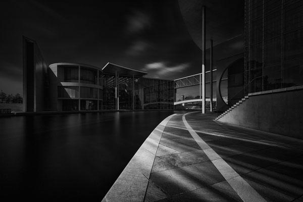 Paul-Löbe-Haus in Berlin im Regierungsviertel mit Lichtreflexen im Vordergrund von Tobias Gawrisch (Xplor Creativity)