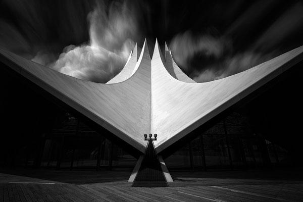 Tempodrom in Berlin in Schwarzweiß mit Sturmwolken von Tobias Gawrisch (Xplor Creativity)