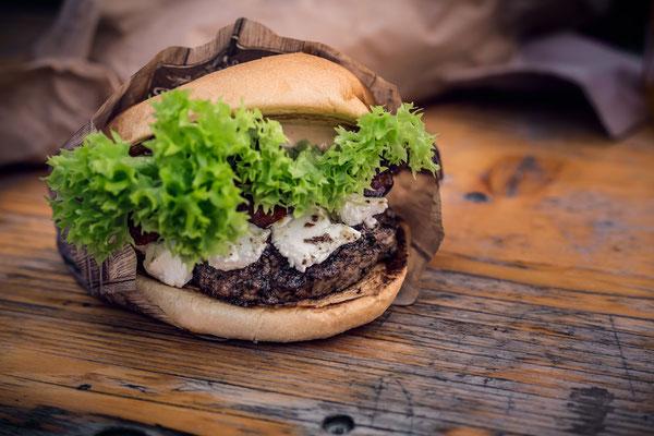 Ziegenkäse-Burger auf Holztisch von Tobias Gawrisch (Xplor Creativity)