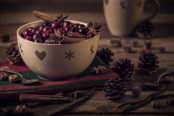 Cranberries auf weihnachtlich gedecktem Tisch von Tobias Gawrisch (Xplor Creativity)