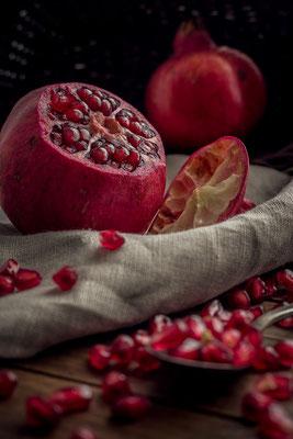 geöffneter Granatapfel auf Leinentuch von Tobias Gawrisch (Xplor Creativity)
