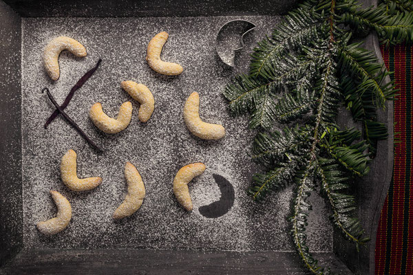 Vanille Kipferl auf weihnachtlichem Tisch mit Tannenzweig von Tobias Gawrisch (Xplor Creativity)