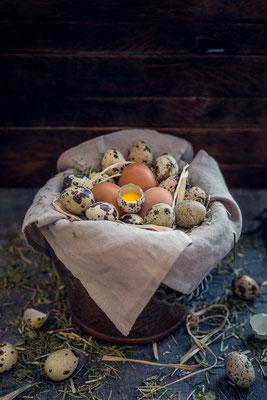 Wachteleier und Hühnereier in Kupfertopf von Tobias Gawrisch (Xplor Creativity)