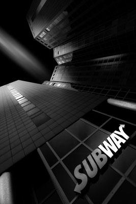 Gebäude der Universität Duisburg-Essen mit Subway von Tobias Gawrisch (Xplor Creativity)