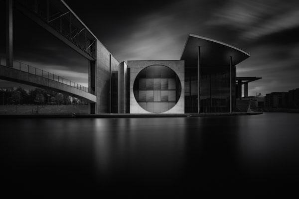 Marie-Elisabeth-Lüders-Haus in Berlin im Regierungsviertel als Langzeitbelichtung mit dunkler Spree von Tobias Gawrisch (Xplor Creativity)