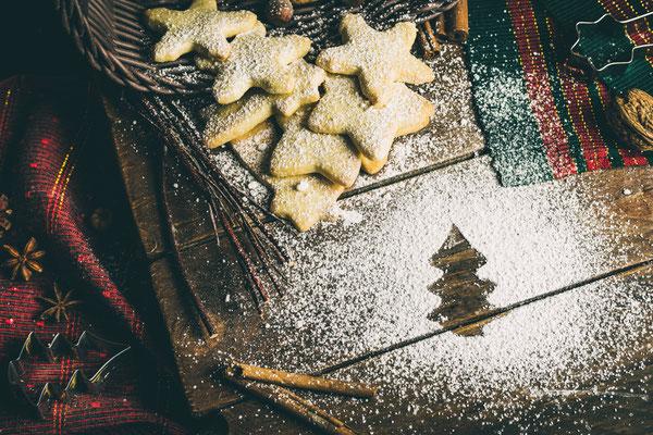 Weihnachtsplätzchen mit Abdruck in Tannenform aus Puderzucker von Tobias Gawrisch (Xplor Creativity)