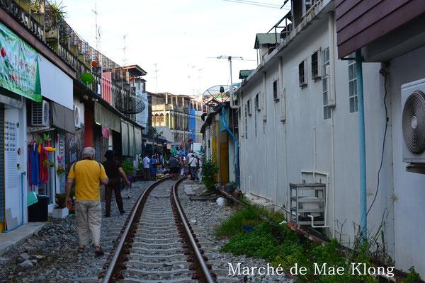 Le marché est installé sur les bords d'une voie ferrée avec le passage du train 8 fois par jour