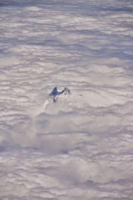 Un pic sortant des nuages