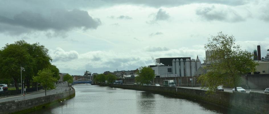 Le fleuve la Liffey et l'usine Guiness