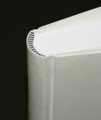 Handgestochenes Kapitalband an Ganzpergamentband