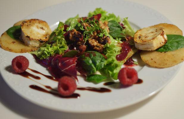 Ziegenkäse im Salatfeld