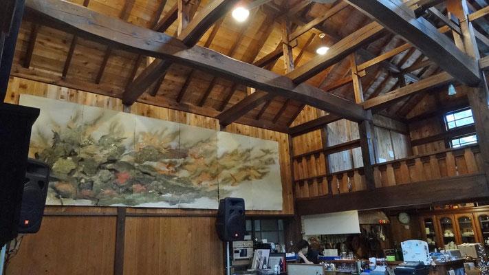 壁に常設展示されているのは、生越在住の竹内啓さんの絵です。