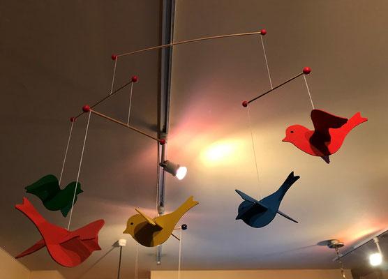 5羽の鳥が飛ぶ貝の小鳥
