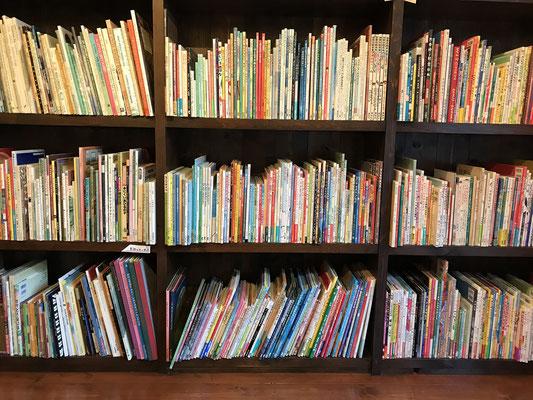 本棚には絵本がいっぱい 夢のよう