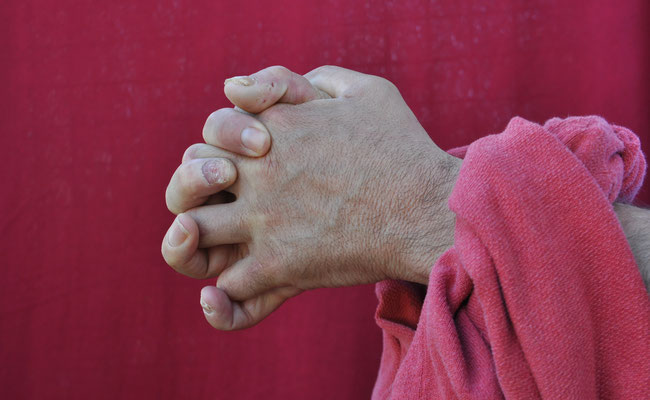 Avoir les mains liées