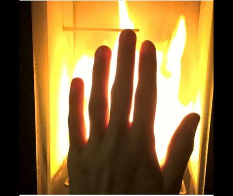 Jouer avec le feu. Le feu source de lumière et de chaleur, créateur ou dévastateur.