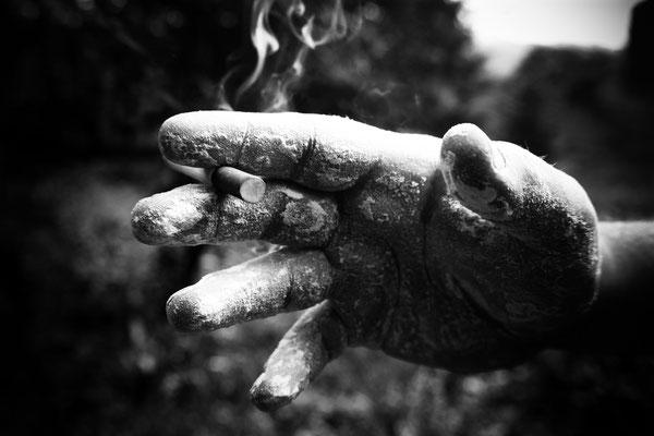 La main brutale de l'homme, une image de caractère, une main de travail. La cigarette rajoute à mon cliché la dureté de l'homme, son empoisonnement au travail et son empoisonnement au stress donc du tabac.