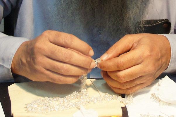 Mains précises ..... pour pierres précieuses !
