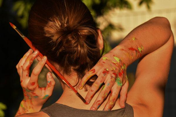 L'idée de l'artiste se dévoile par ses mains, tandis que le photographe l'aide à la rendre éternellement figée.
