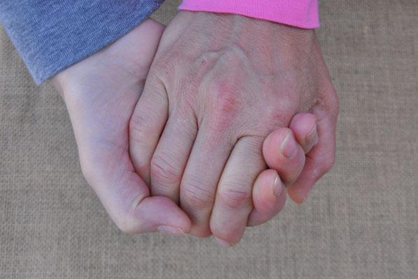 Prêter la main à quelqu'un