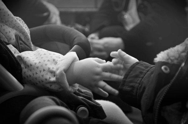 La main de ma fille et sa copine