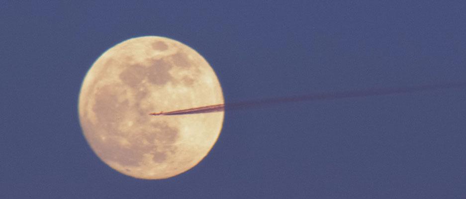 Mond und Flugzeug am 04.04.2015
