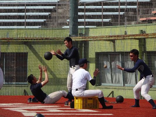 トレーニングに励む選手。
