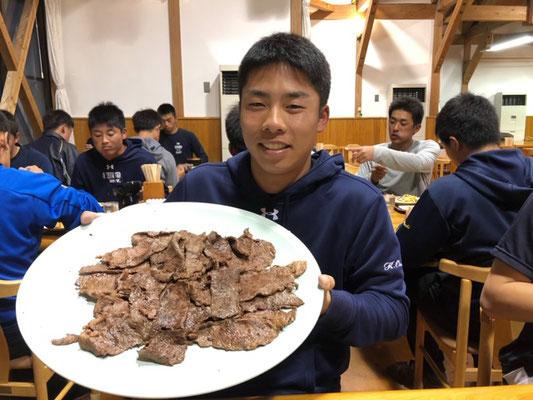 池田監督が差し入れて下さったお肉を満面の笑みで持つ選手