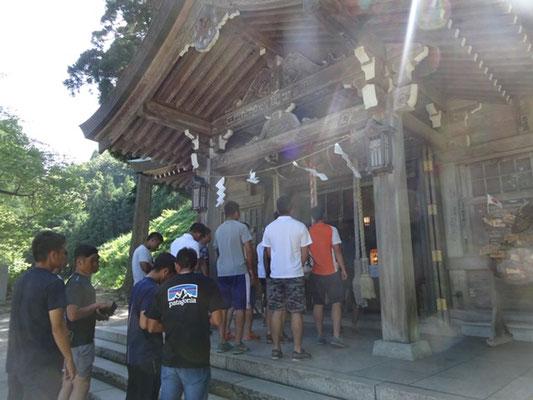 真山神社でのお参りの様子