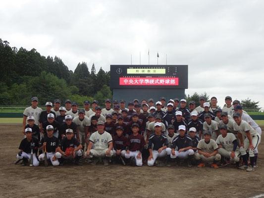 野球教室に参加した中学生たちとの集合写真
