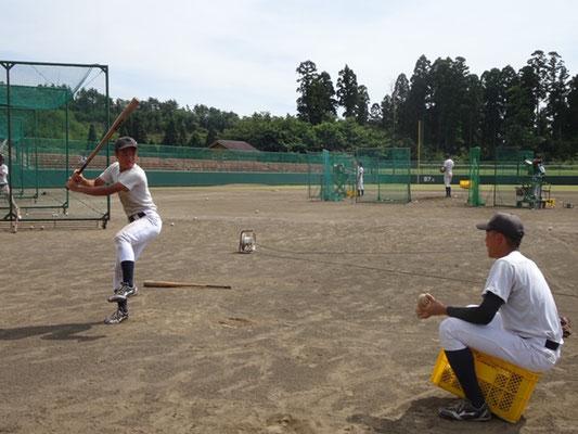 バッティング練習中のロングティーに取り組む選手