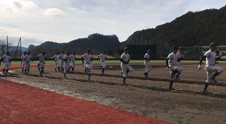 ラダー、ミニハードルを使用したトレーニングを行う選手達。
