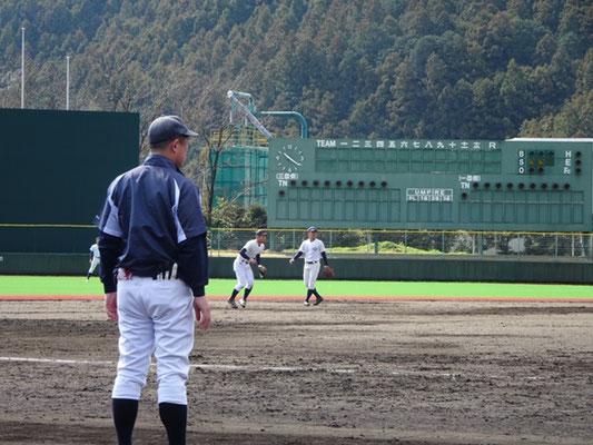 練習を見守る池田監督。