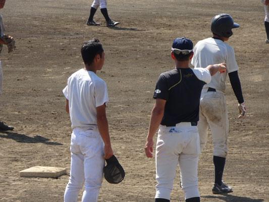 小泉コーチに指導を受ける選手
