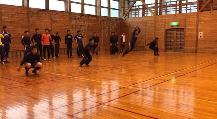 カエル跳びを行う選手達。