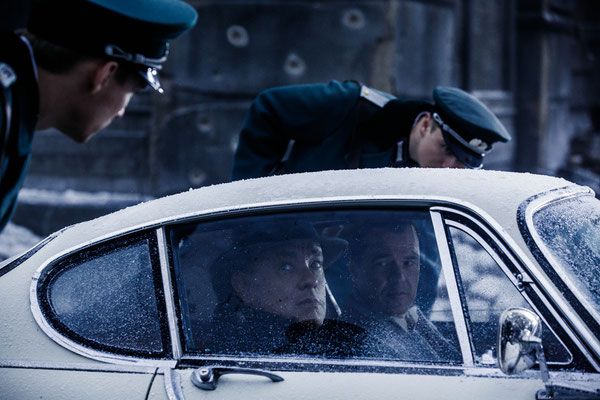 Bridge Of Spies - Inside Car Tom Hanks and Sebastian Koch - 20th Century Fox - kulturmaterial