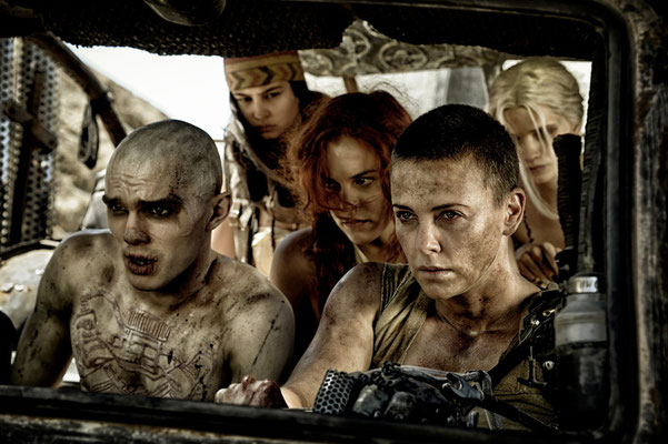 Charlize Theron (vorne rechts) © WARNER BROS. Pictures