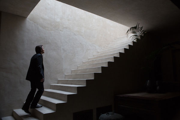 Knight Of Cups - Christian Bale sieht Licht am Ende der Treppe - Studiocanal - kulturmaterial.jpg