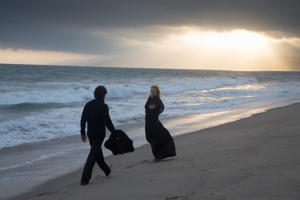 Knight Of Cups - Christian Bale und Cate Blanchett am Strand- Studiocanal - kulturmaterial