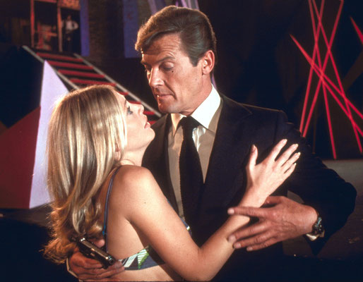 Britt Ekland und Roger Moore © Danjaq LLC / Metro-Goldwyn-Mayer / 20th Century Fox Home